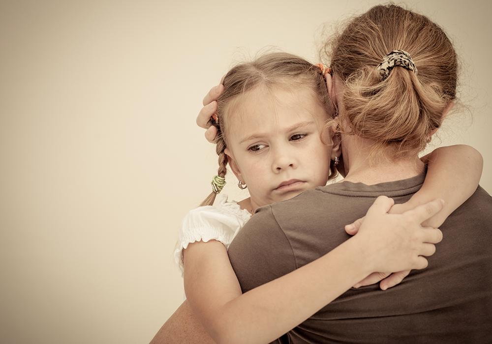 Kind umarmt Mutter, Kind hat Angst