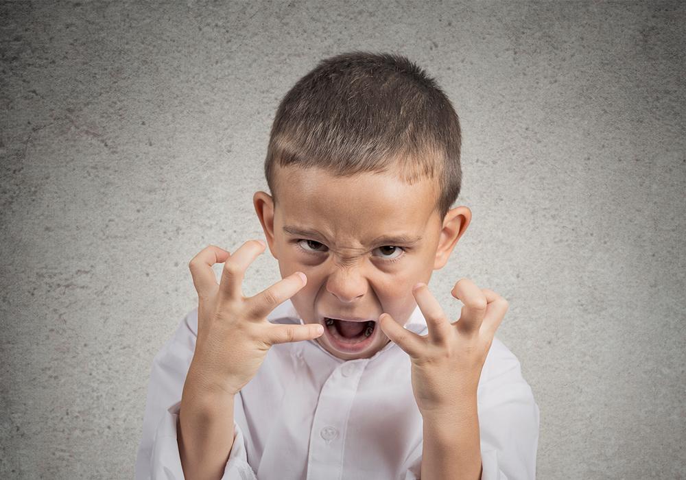 Aggressiver Junge, Junge zeigt Wut
