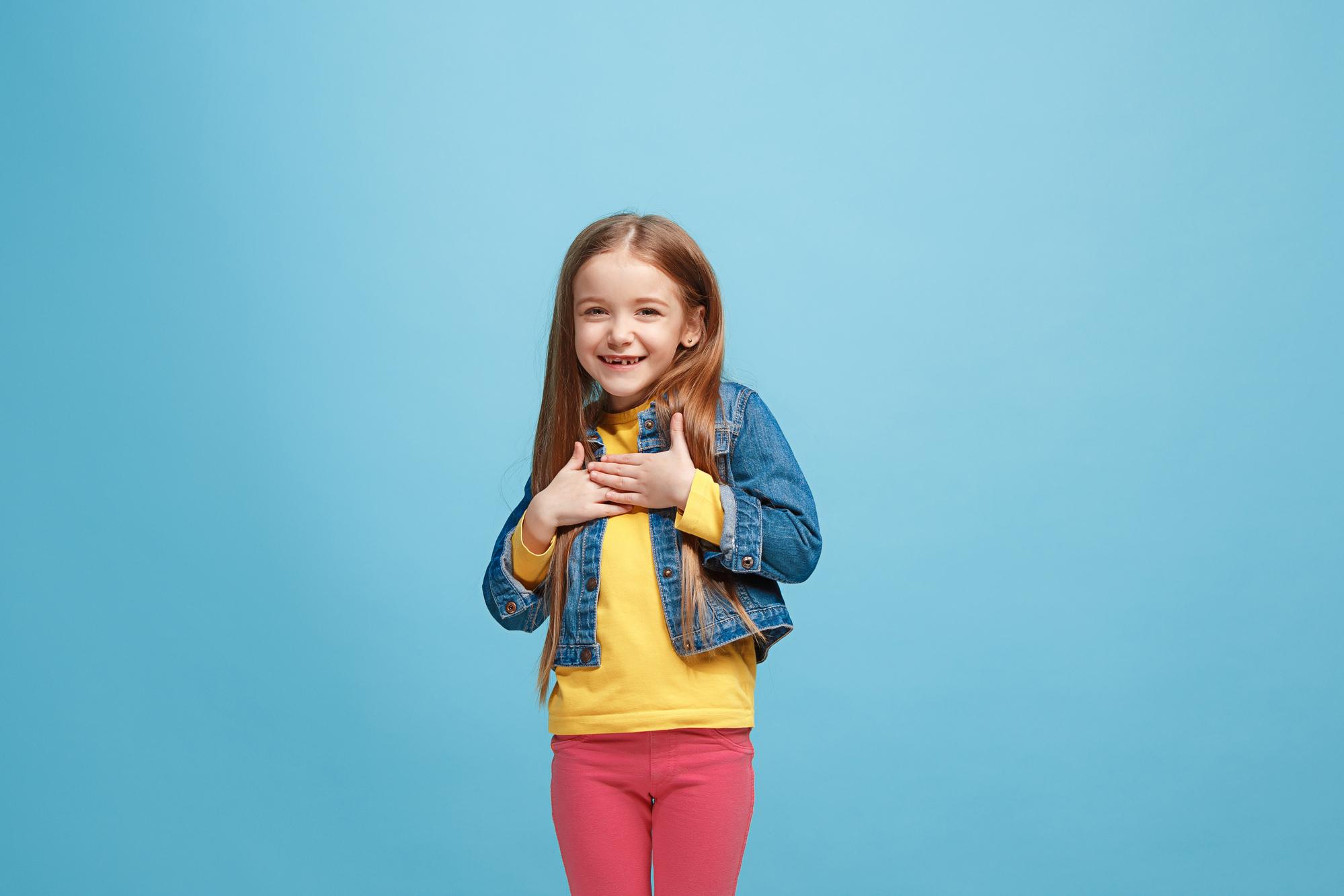 Mädchen berührt seine Brust, emotional starkes Kind