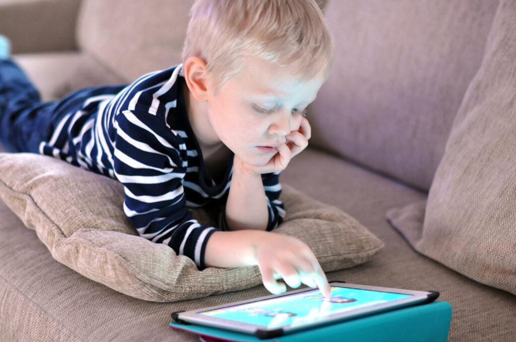 Junge ist am Tablet und spielt