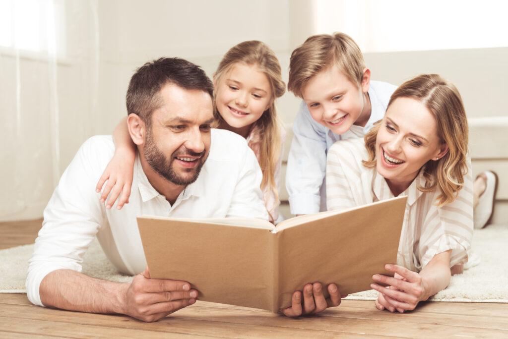 Familie liest Zeitung