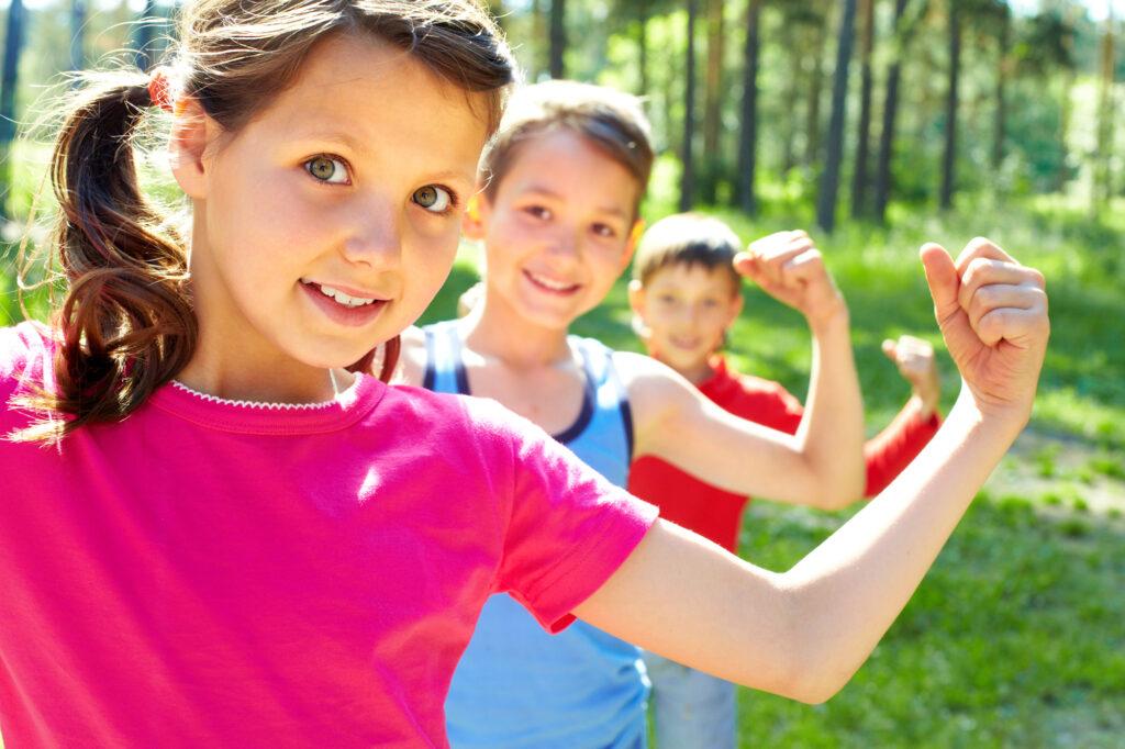 Kinder zeigen wie stark sie sind