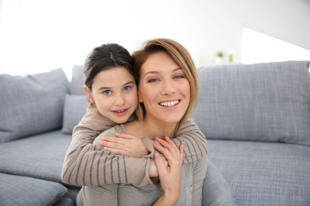 Mutter und Kind umarmen sich. Beziehung Mutter und Kind.